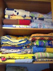 Постельное бельё и полотенца,  ковры и так далее красивые,   продам,  б/у
