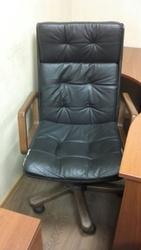 Кресло на колесиках обтянутое иск кожей
