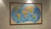 Изображение земного шара в застекленной деревянной рамке